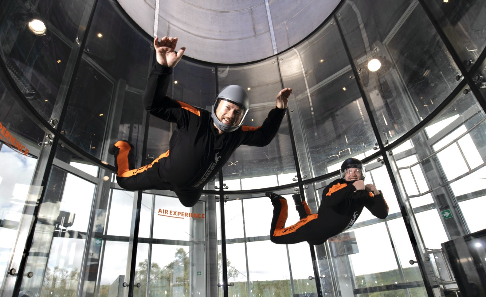 Bidt af at flyve indoor skydiving